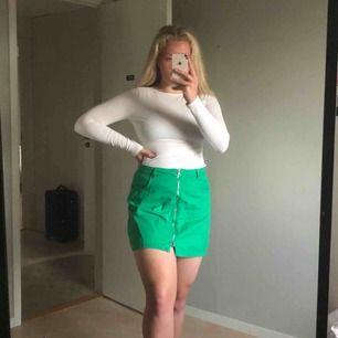 🍀Grön kjol i tunt jeans-material från Weekday. Silvrig dragkedja där fram och fickor där bak!✨