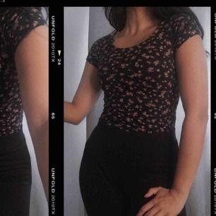 Söt body med detaljer på ryggen i storlek M men passar mer någon som bär XS/S. Köpt från en butik i Tyskland och är i fint skick då den är använd ett fåtal gånger 🥰 säljs för 59kr