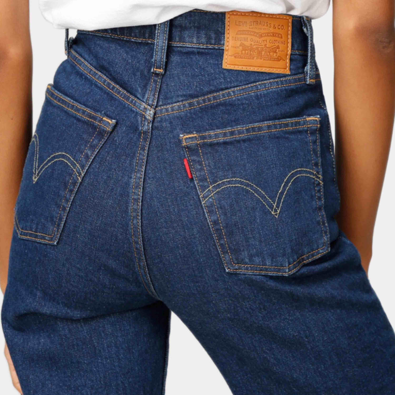 Mörkblå Levi's ribcage i stl 29/27 ord pris 1099:-   Använda fåtal gånger, säljer pga för stora. Stretchigt material, hög midja och raka ben.   OBS! Lånade bilder, skickar bilder på vid intresse av köp.   Möts i Göteborg annars står köpare för frakt 🌸  . Jeans & Byxor.