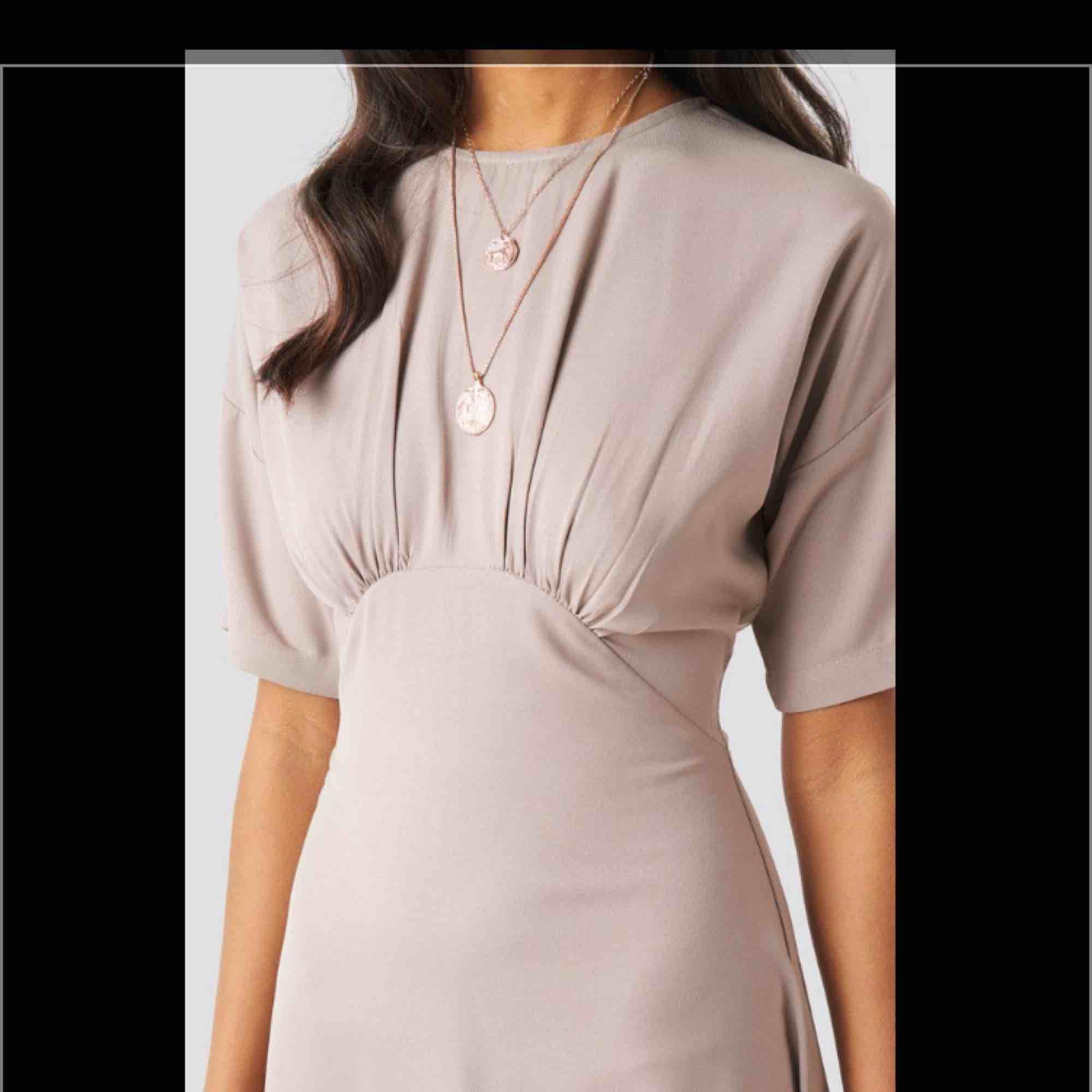 """""""Gathered Detail Midi Dress Begie"""" från na-kd. den e riktigt nice och ger en jättefin form. helt oanvänd, lappen e kvar! kostar 449 på hemsidan, men säljer för 299 inkl frakt❤️pris kan diskuteras vid snabb affär. Klänningar."""