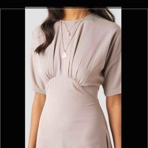 """""""Gathered Detail Midi Dress Begie"""" från na-kd. den e riktigt nice och ger en jättefin form. helt oanvänd, lappen e kvar! kostar 449 på hemsidan, men säljer för 299 inkl frakt❤️pris kan diskuteras vid snabb affär"""