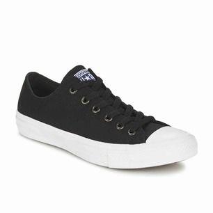 Converse (modell; chuck taylor 2 svart). Har använt de 3-4 gånger. Väldigt bekväm. Köpte de för 1300kr förra året men de är för små nu.