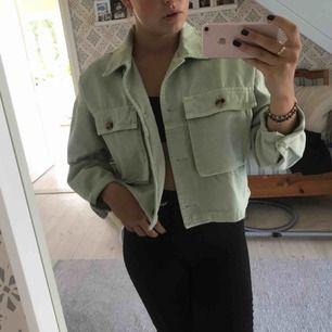 Jätte snygg mint grön jacka från Zara, jag har haft den en gång tidigare och då bilden togs. Jag säljer den pga av att jag är ute efter annat! 💕
