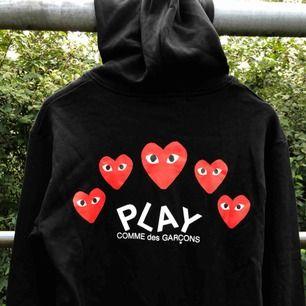Säljer en begagnad CdG play zipper-tröja i Medium (sitter S-M) i rätt bra skick. Hjärtat sitter på bra fortfarande. Frakt blir 55 kr extra med postnord, spårbart.