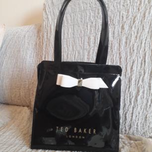 Ted Baker(nypria:359,00 kr)ARYCON BOW DETAIL SMALL ICON BAG - Handväska - black. Endast använd 1 kort tillfälle, så i perfekt skick! FRAKT INGÅR I PRIS(Fast pris). FRAKTAR ENDAST