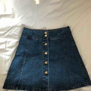 """En vanlig A-line jeanskjol från BikBok. Ganska tjockt och bra jeanstyg och har bara använt den en gång.  Köpte den för att """"gå utanför min comfort zone"""" men så slutade det med att jag aldrig använde den, så därför säljer jag den."""