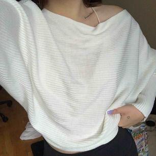 Stickad tröja från Nakd, superskön & fin! I nyskick, knappt använd  Frakt på 56kr tillkommer