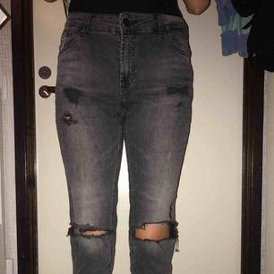 Svarta ripped byxor. Min kompis som har testat dom på bilden är 175. Priset går att diskutera!!