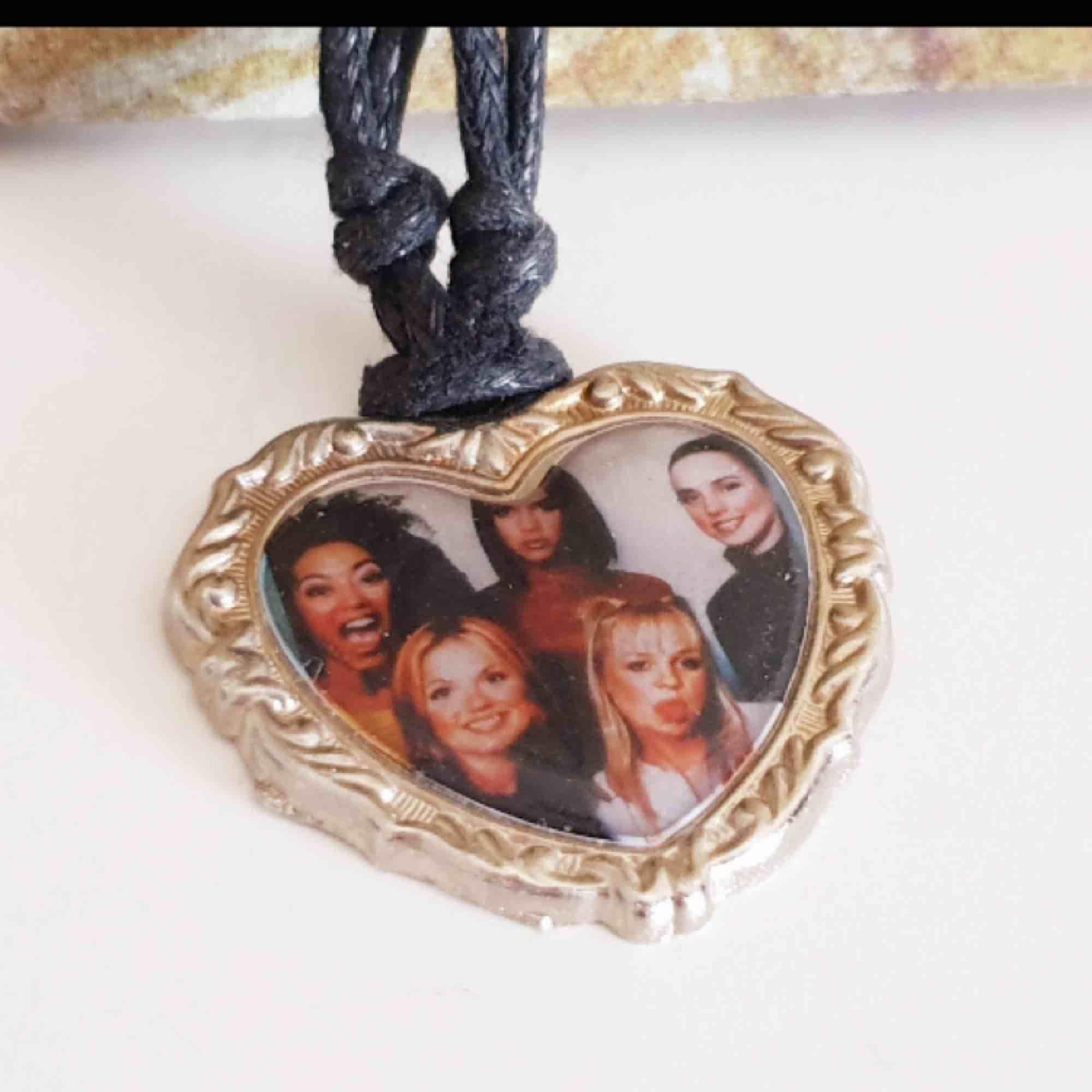 Ett halsband med Spice Girls på! Vad mer kan jag säga? Frakt tillkommer.. Accessoarer.