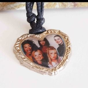 Ett halsband med Spice Girls på! Vad mer kan jag säga? Frakt tillkommer.