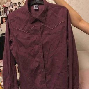 Fin lila skjorta som är lite skrynklig men annars helt felfri! Priset gpr alltid att diskutera