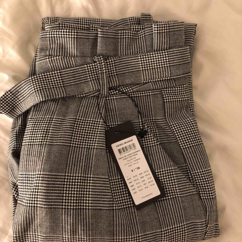Rutiga skit snygga kostymbyxor från veromida i storlek S. Ny skicka och prislapp kvar. Säljer pga för små på mig som är M/L. Säljer för halva priset från vad dom kostade i affären. Så 150kr eller pris kan diskuteras . Jeans & Byxor.