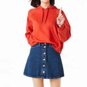 A-linje skuren jeanskjol med knappar från Monki! I jättefint skick. Riktiga fickor fram och bak. Nypris 250kr, dock slutsåld online!
