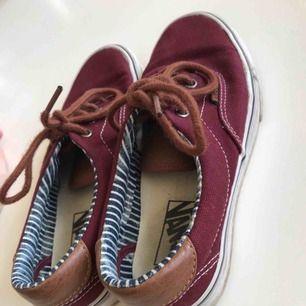 Jag säljer ett par vans skor i storlek 36.5 Bra skick, inte använda så mycket och säljer pga att jag bytt stil. Köparen står för frakt och betalningen sker via swish.🦋☺️💞