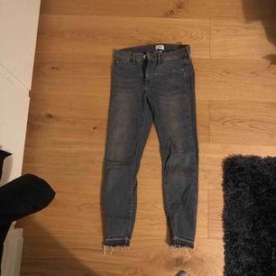 """Gråa jeans från River Island, använda fåtal gånger så i nyskick. Slitningar längst ner.  Storlek 6, modellen heter Molly och plagget är från River Islands kollektion """"petite""""."""
