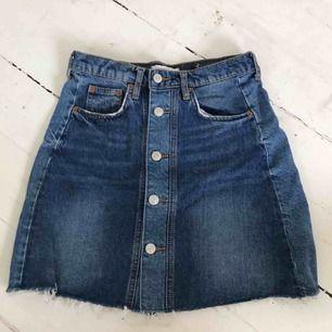 Jag säljer en cool jeans kjol från Zara i storlek S. Säljer pga att jag bytt stil. Bra skick, använd 2 gånger. Köparen står för frakten och betalning sker via swish.☺️🦋💞