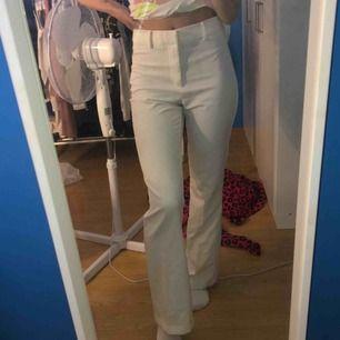 Vita kostymbyxor från Bikbok, strl s nypris 399kr, säljer för 200kr
