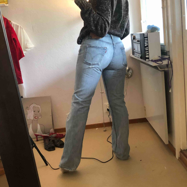 Snyggt slitna Levi's 501 jeans☀️ frakt tillkommer . Jeans & Byxor.