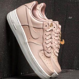 Säljer mina snygga Nike air force  Strl 39  Använda fåtal gånger!!  Endast lite smutsiga  Köpa på caliroots Ord pris: ca 1300 kr