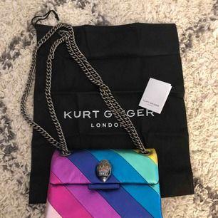 Säljer min rainbow stripe mini shoulder bag från Kurt Geiger (äkta). Köpt i London maj 2019. Nypris 1530kr säljes nu för 1000kr. Äkta läder. Lite skavd på den cerise färgen, se bild. Köparen står för frakten.