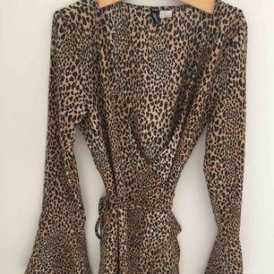 Omlottklänning med leopard mönster. Älskar denna men tyvärr för liten. Endast använt två gånger. Storlek 36 men är liten i storleken så passar som en 34.