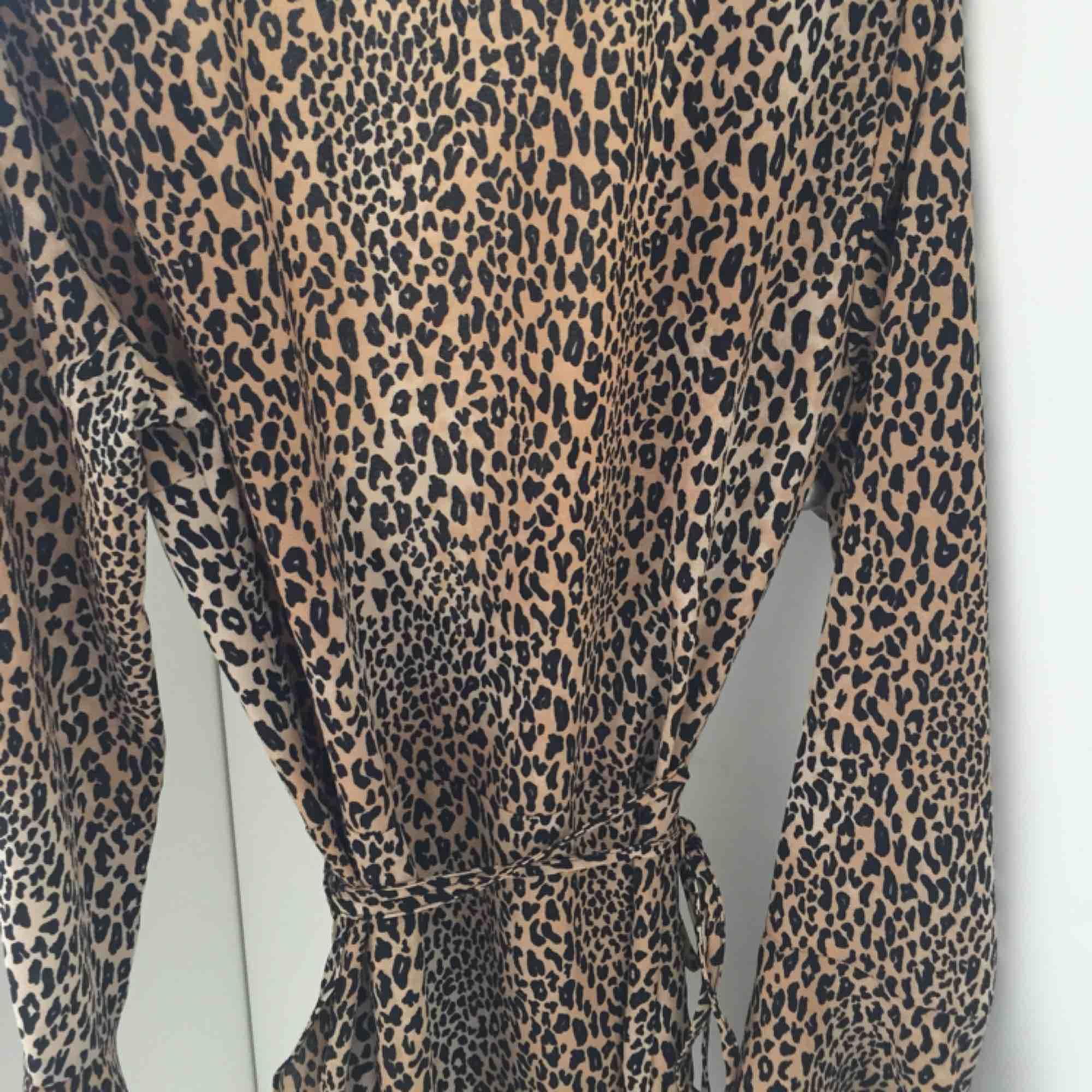 Omlottklänning med leopard mönster. Älskar denna men tyvärr för liten. Endast använt två gånger. Storlek 36 men är liten i storleken så passar som en 34. . Klänningar.