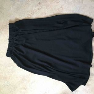 Långkjol från monki, lite transparent, går dock att endast ha underkläder under utan att det syns