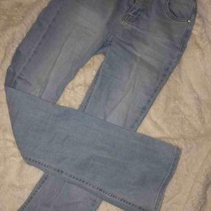 Blå bootcut jeans, använda ca 2 gånger.