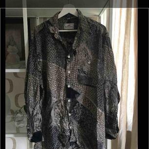 Köpt på second hand. Använt som oversize skjorta. Frakt tillkommer.