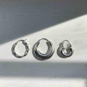 Äkta silverörhängen. Säljer dessa styckvis och inte i par då jag tappat de andra paren. De är dock superfina att kombinera med andra silverörhängen.          Örhänget till vänster 50kr, Creolen i mitten 100kr, Örhänget till höger 50kr. Alla 3 ihop 150kr.
