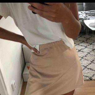 Enkel kjol i tunt & skönt material från Prettylittlething. En av mina favoriter, men säljer då den blivit för liten för mig!