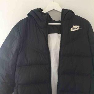 Nike jacka perfekt till hösten/vintern, som man kan ha åt två håll, köpt för 1000kr  210kr + frakt 90kr