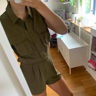 En militär grön playsuit från Veromoda. Väldigt cool men passar inte riktigt min stil. Använd seriöst en gång, priset kan förhandlas!!