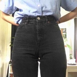 Superfina svarta high-waist jeans från Monki! Väldigt fin svart-grå färg, har dock ett lite hål i skrevet som går lätt att laga. Köpta här, men säljer vidare eftersom de inte passade mig   så bra (bilder lånade av Daniela Söderlund) Betalning via swish:)