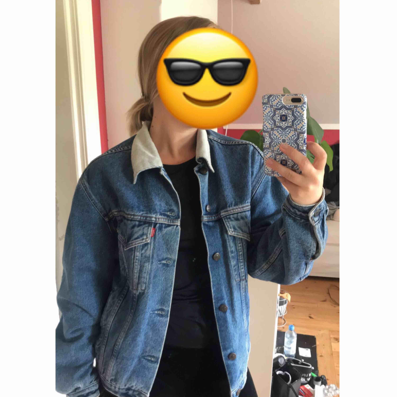 Jeansjacka från Levis's, står ingen storlek i jackan men jag är en 36/38, 160 cm lång och ni ser passformen på bild nr. 2. Avhämtning eller så står köparen för frakt . Jackor.
