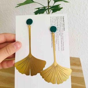 Säljer mina vackra ginkgo-örhängen. Jag har använt dom under en kväll och tillverkat den gröna delen vid örat själv. Går att välja mellan den och ögla som på bild 3. Frakt 9 kr 🌿