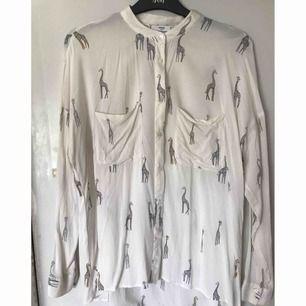 Skjorta från Mango, sparsamt använd. Avhämtning eller så står köparen för frakt