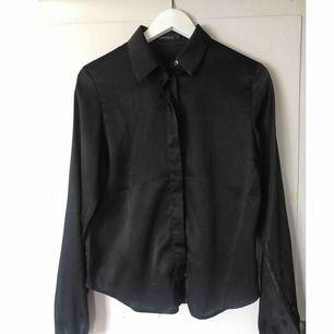 Skjorta från Rut&Circle, använd en gång. Glansigt material. Avhämtning eller så står köparen för frakt