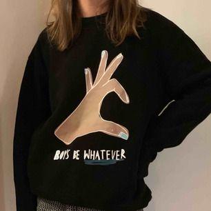 """Fin sweatshirt med text """"boys be whatever"""" från Monki. Använd fåtal gånger! Köparen står för frakten (54 kr) 🙌🏻"""