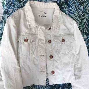 Jeansjacka i vit från never denim, bik bok eller carlings tror jag. Strl M men passar bra på S, lite kortare i modellen