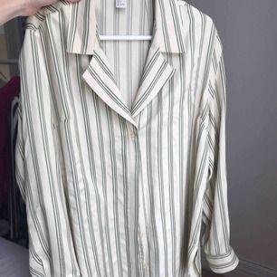 Lyxig lite längre skjorta från h&m strl 36, lyxigt och fint material. Inte mkt använd alls