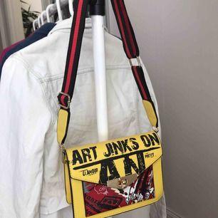 Snygg annorlunda gul handväska, justerbart brett axelband. Aldrig använd. Tror den köptes på boohoo