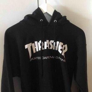 Äkta Thrasherhoodie i storlek S köpt på Junkyard.  Mycket sparsamt använd, därav i mycket fint skick!  Säljer pga att den är för stor för mig.