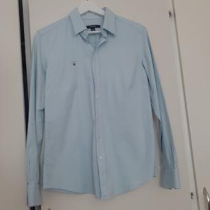 Gant skjorta nästan ny har använd den två gånger den är liten för mig. Den är i storlek 40 men passar 38 också.