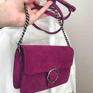 Fin lila/cerise crossbody väska i väldigt bra skick. Från mango i suede.