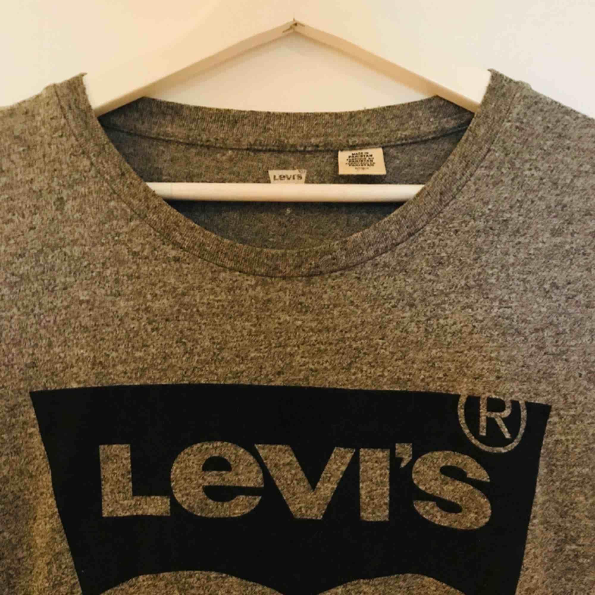 Levis Tshirt, fint använd. Dammodell, normal i storlek.. T-shirts.