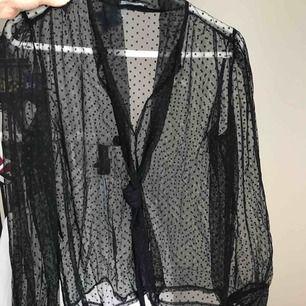 Snygg genomskinlig svart meshtopp med prickar från zara, strl S. Använd fåtal ggr