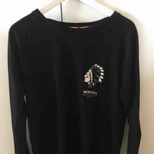 Jättecool sweatshirt från New Soul med stort tryck på ryggen. Köpt på Junkyard. Inte alls mycket använd så därför i nyskick!