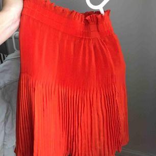 Superfin kjol i orange färg från h&m strl 34, aldrig använd