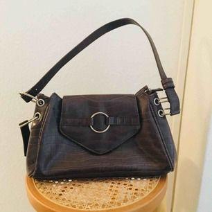 Supersnygg brun vintage handväska i läder, köpt här på plick men säljer vidare den då jag inte använder den tillräckligt. 👜
